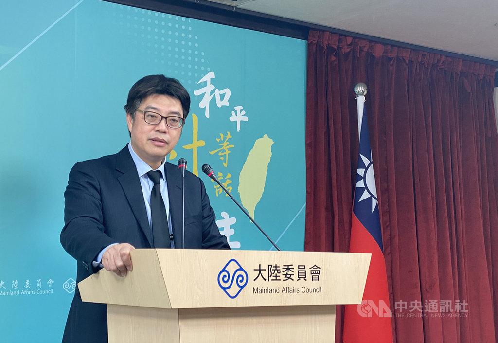 香港警方14日上午拘捕在台開設「保護傘」餐廳的香港律師黃國桐。陸委會發言人邱垂正(圖)在例行記者會呼籲,相關方面不要再變本加厲,政治打壓異議人士。中央社記者賴言曦攝  110年1月14日
