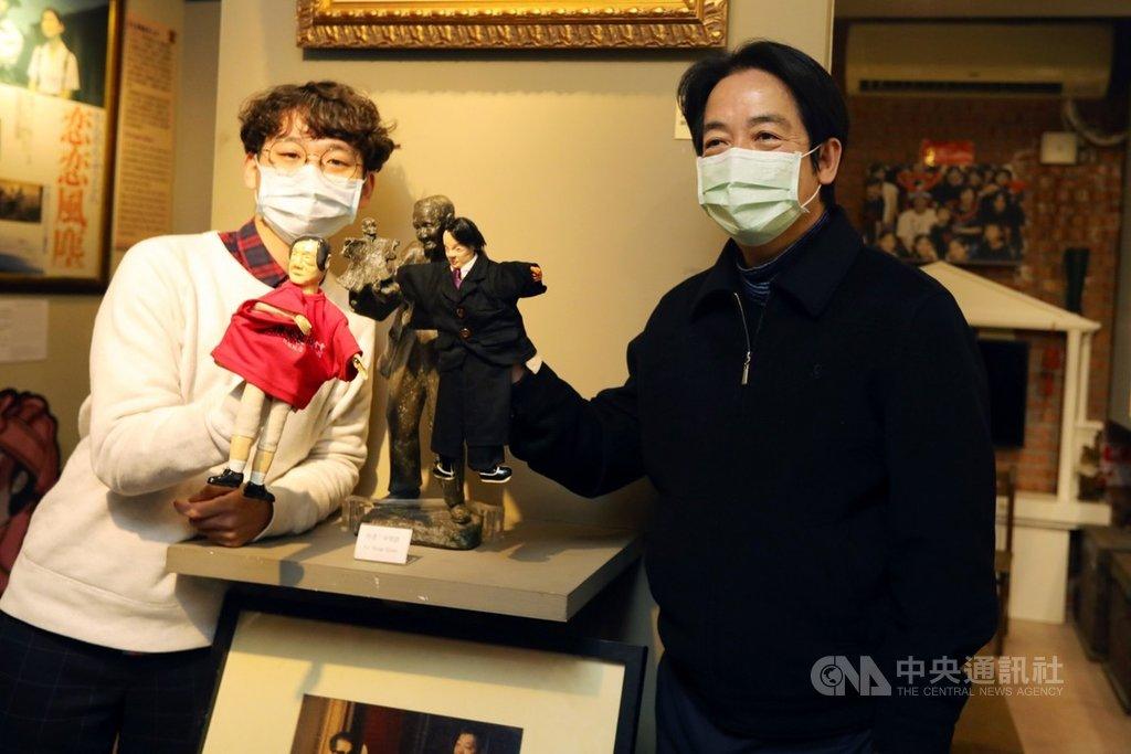 副總統賴清德(右)12日下午參訪李天祿布袋戲文物館,向國寶大師李天祿致敬。(總統府提供)中央社記者溫貴香傳真  110年1月14日
