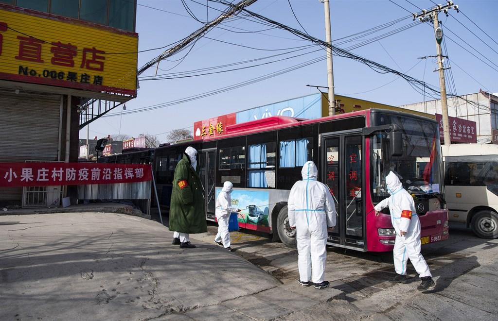 中國河北省武漢肺炎疫情擴大,13日更導致1人死亡,打破中國保持近8個月無死亡病例的紀錄,震動民情。圖為運送隔離的車輛通過河北石家莊市小果莊村村口時接受消殺。(中新社)