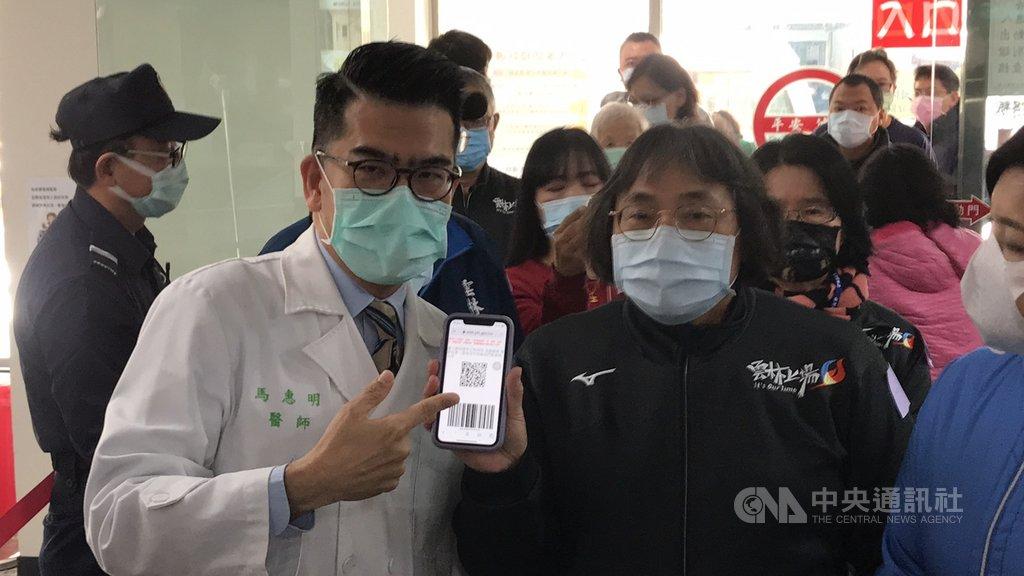 台大醫院雲林分院推出「預約探病APP」或線上預約,可省去在醫院門口填寫資料流程,省時、降低感染風險。中央社記者姜宜菁攝 110年1月14日
