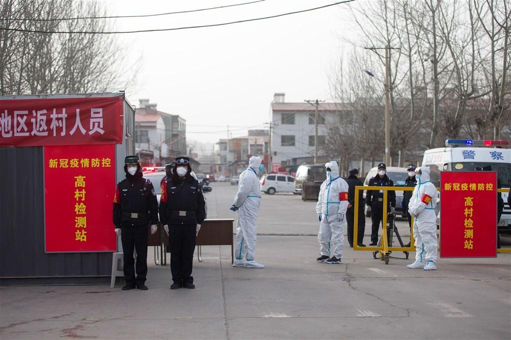 中國12日大增115例確診,其中山西新增的1例確診,是日前晉中市通報的無症狀感染者。圖為12日山西晉中市升高防疫措施,嚴格管制人員出入。(中新社)