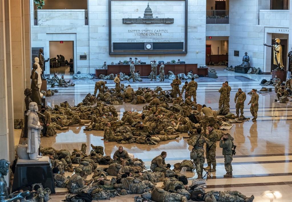 美國總統川普支持者6日硬闖國會,引發動亂後,數以千計國民兵13日進駐國會大廈遊客中心,防範暴力攻擊事件重演,他們徹夜守護國會殿堂。(美聯社)