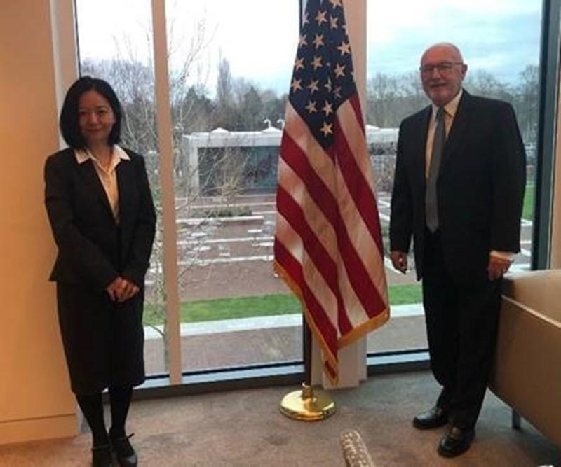 美國駐荷蘭大使胡克斯特拉(右)11日與台灣駐荷代表陳欣新(左)在美國大使館會面,荷蘭媒體稱這在海牙創造了外交先例。(圖取自twitter.com/usambnl)