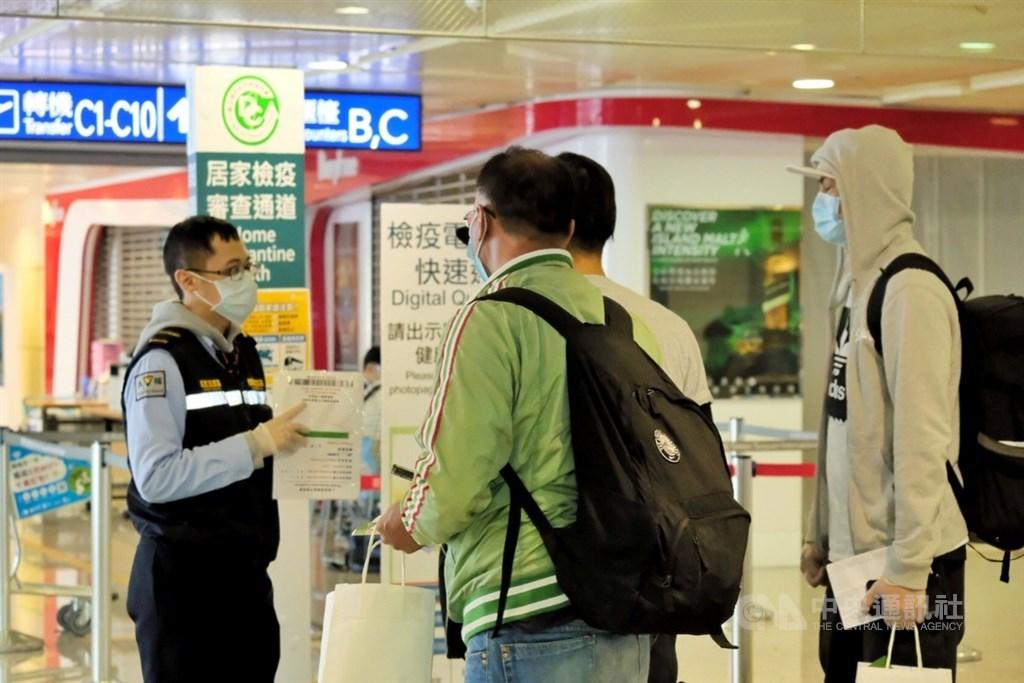 從關島回台灣的73歲男子,14日被發現猝死在居家檢疫場所的陽台。圖為11日關島人道包機旅客抵達桃園國際機場。(中央社檔案照片)