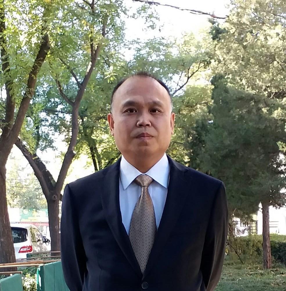 中國維權律師余文生(圖)被關押至今已經3年,他的妻子許豔14日首度獲准視訊會見後透露,余文生牙齒脫落、右手嚴重顫抖,警方更曾以妻小安危要脅他。(圖取自twitter.com/xuyan709)