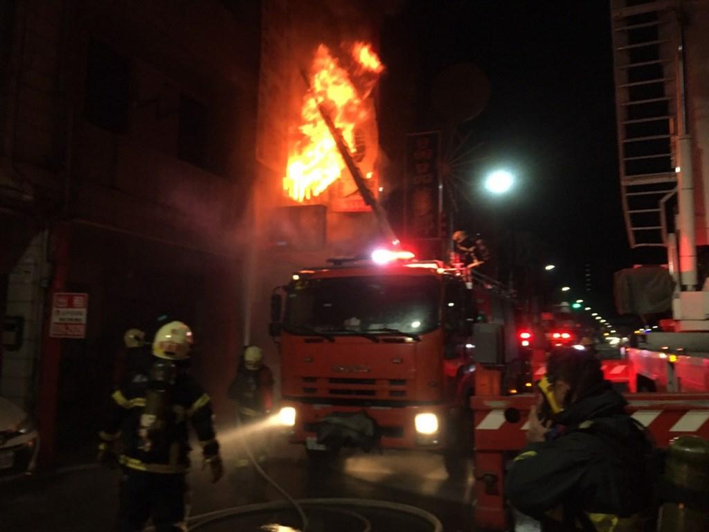 高雄市鳳山五甲一路上禮品店15日發生火警,警消出動大量人車到場撲滅火勢。(民眾提供)