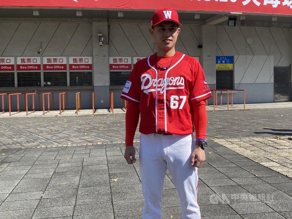 中職味全龍隊16日在天母舉行接棒未來迷你棒球賽,剛加入球隊的吳東融(圖)首次穿新球衣亮相,原本他在兄弟穿61號,不過到了味全龍改穿67號。中央社記者楊啟芳攝 110年1月16日