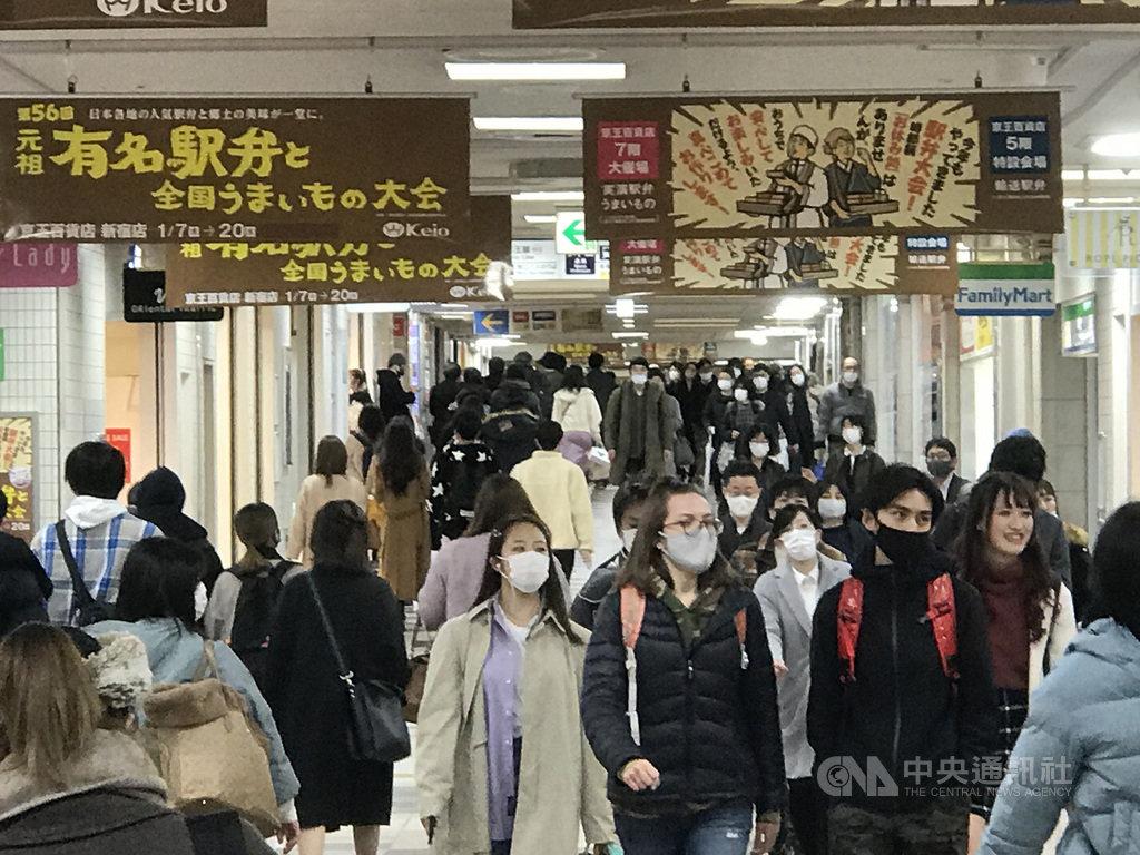 日本疫情擴大,各地在發佈緊急事態宣言下,民眾減少外出。圖為東京新宿車站地下街週末人潮。中央社記者楊明珠東京攝 110年1月16日