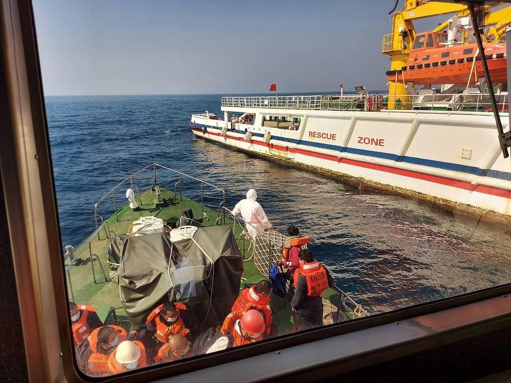 東港漁船「閩發漁」日前在菲律賓以東海域,協助巴拿馬籍貨船「永豐」輪救援救起22人。(海巡署提供)中央社記者黃麗芸傳真 110年1月16日