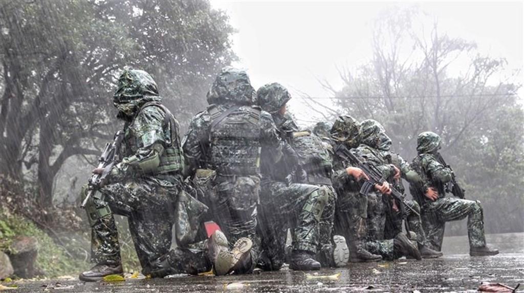 陸軍特戰指揮部八煙營區官兵在攝氏3度低溫的寒風冷雨中持槍操練,精進戰訓。(青年日報提供)
