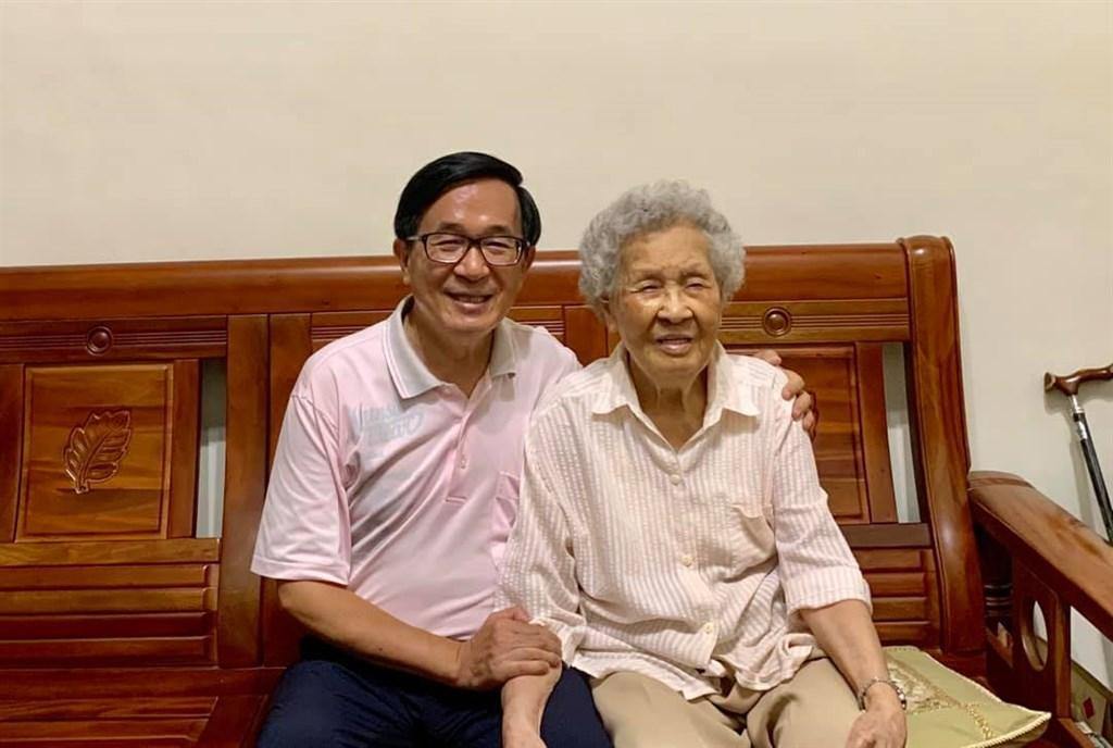 前總統陳水扁(左)的母親陳李慎15日晚上辭世,享壽94歲。(圖取自facebook.com/NewHeroStory)