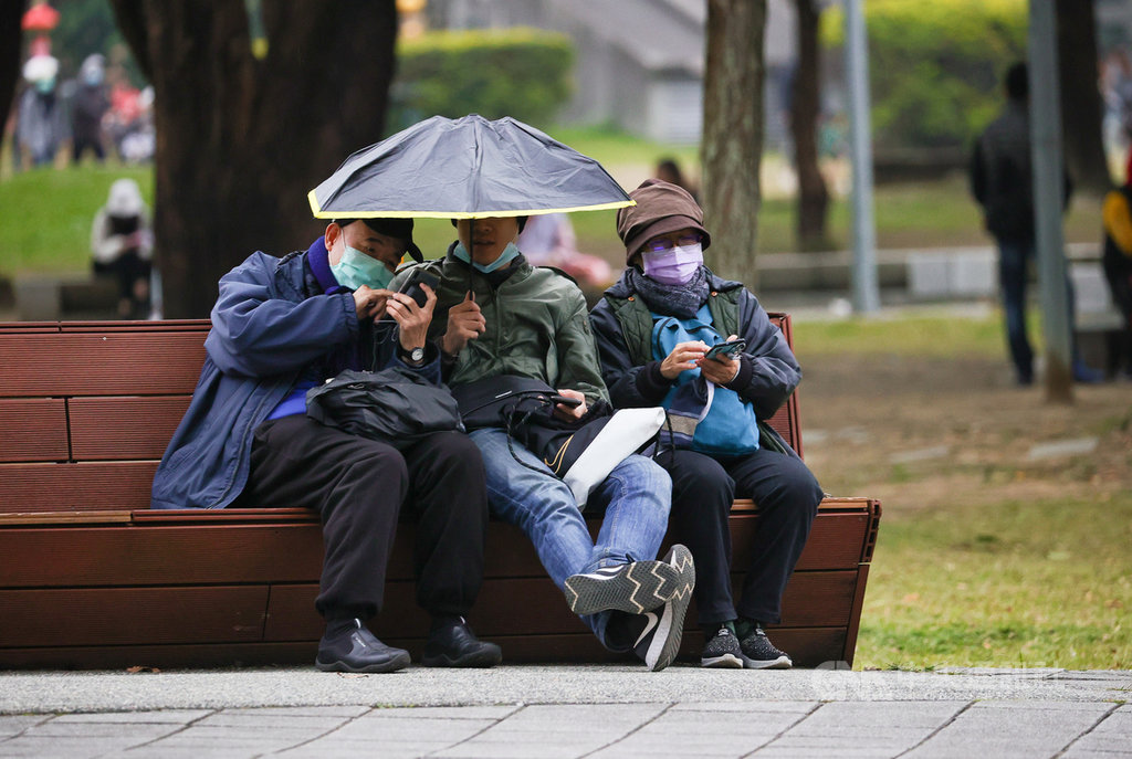 好天氣說再見,中央氣象局指出,強烈大陸冷氣團16日下午南下,各地氣溫午後逐漸下降,北台灣愈晚會愈溼冷,台北地區午後已飄下雨絲。中央社記者謝佳璋攝 110年1月16日