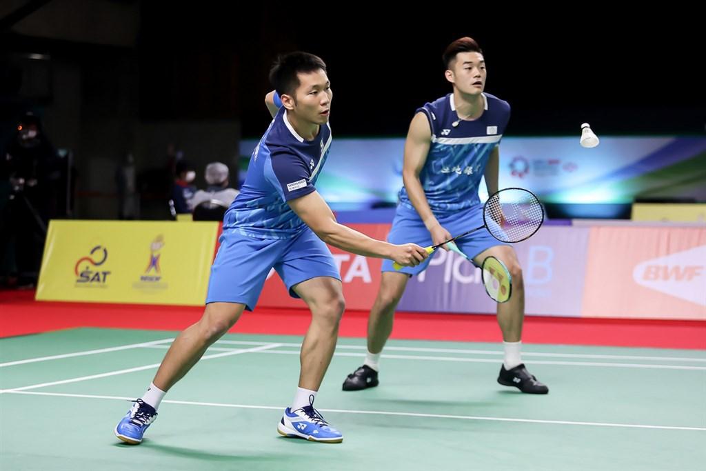台灣羽球男雙組合李洋(左)、王齊麟(右)15日在泰國羽球公開賽,以23比21、21比15擊敗馬來西亞組合王耀新、張御宇,取得4強入場券。圖為14日比賽畫面。(泰國羽球協會提供)