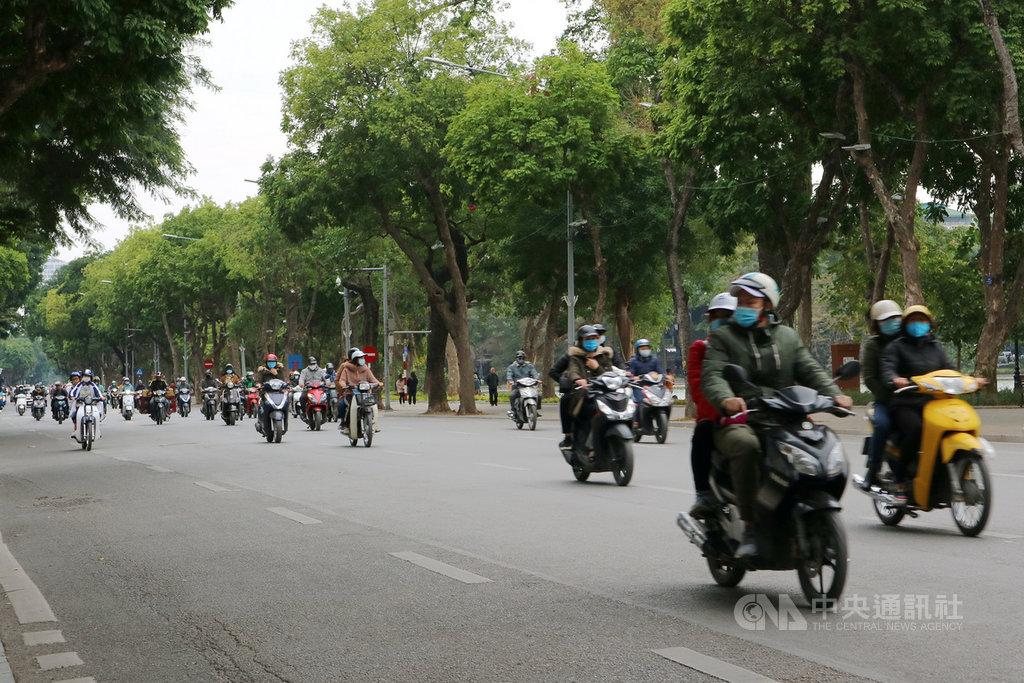 越南經濟受2019冠狀病毒疾病(COVID-19,武漢肺炎)影響,民眾收入也縮水。業界人士分析,疫情導致越南2020年的摩托車銷量下滑2位數。圖為河內街頭的摩托車潮。中央社記者陳家倫河內攝 110年1月16日
