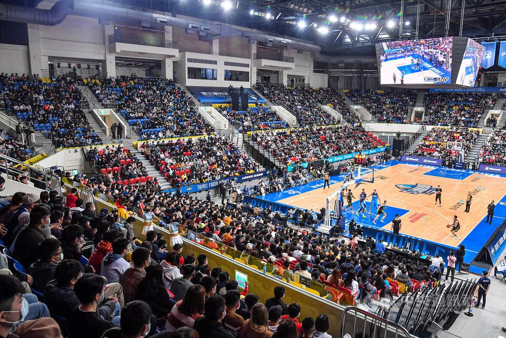 台灣職籃聯盟P. LEAGUE+ 的例行賽事16日雖照常舉行,不過在桃園場館採「閉門」開打,晚間於台北和平籃球館的賽事則正常開放,吸引許多球迷進場看球。中央社記者鄭清元攝  110年1月16日