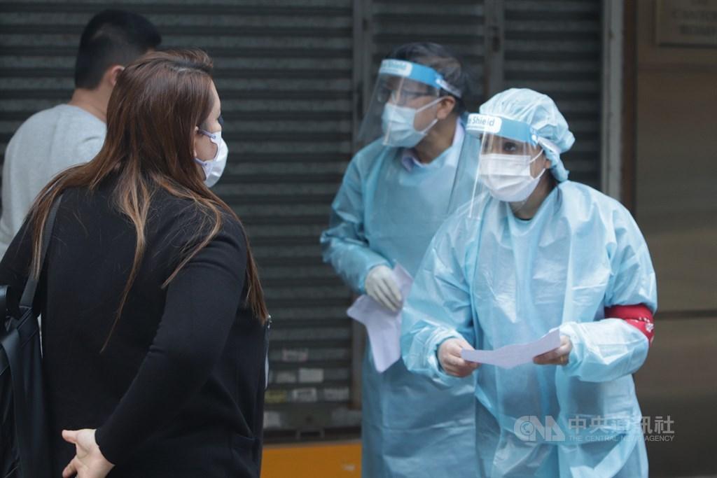 香港佐敦道一個社區約20棟大樓近日爆發武漢肺炎疫情,區內不少居民或曾到過該區的人紛紛主動前往官方設置的疫站查詢檢疫事宜。中央社記者張謙香港攝 110年1月16日