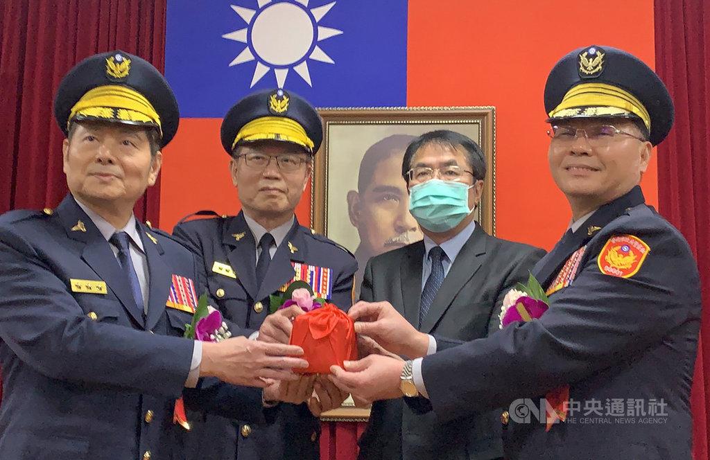 新任台南市警察局長方仰寧(右)16日在台南市長黃偉哲(右2)見證下完成交接,走馬上任。方仰寧表示,除惡務盡是警察應有作為,絕不能只做點和線,必須做到全面掌控,讓市民安居樂業。中央社記者張榮祥台南攝  110年1月16日