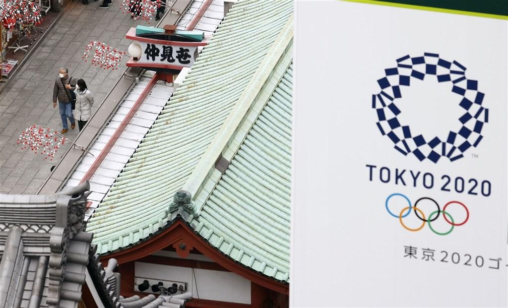 日本境內疫情嚴峻,美國紐約時報報導,東奧有可能成為二次大戰後,第一個被迫取消舉辦的奧運大會。圖為15日東京淺草寺。(共同社)