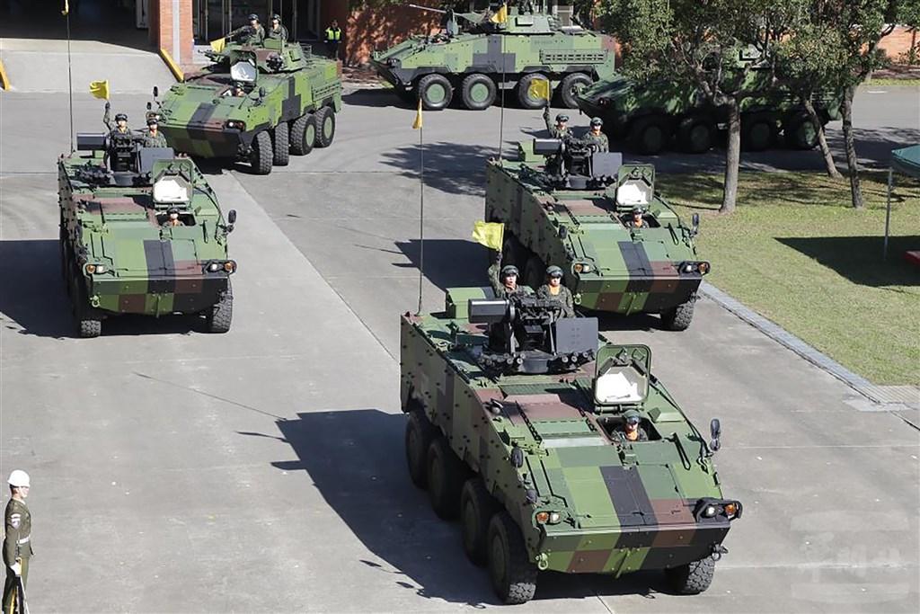 憲兵指揮部16日舉行89週年部慶,在慶祝大會上,國造CM33及CM34裝步戰鬥車採三角隊形通過司令台。(軍聞社提供)中央社記者陳韻聿傳真 110年1月16日