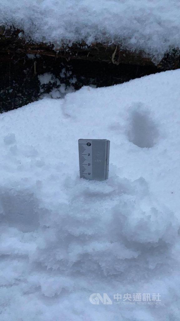 文化大學大氣系教授周昆炫與團隊成員運用2年前的彩虹預報系統,在近期推出降雪預報,3波預測都與實際結果相去不遠,例如7、8日模式預測大屯山、七星山頂積雪逾10公分,實際驗證積雪達12公分。(周昆炫提供)中央社記者陳至中傳真 110年1月16日