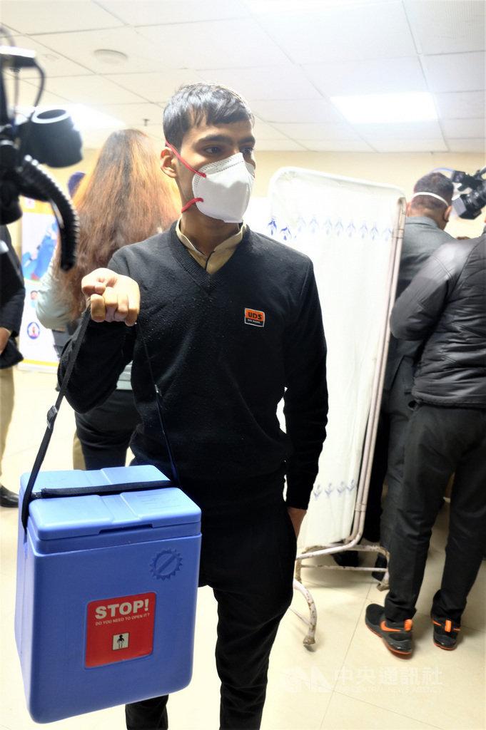 新德里洛克拿亞克醫院16日與印度其他省市同步展開武漢肺炎疫苗接種工作。圖為工作人員運送裝在冷凍箱中的疫苗到接種室。中央社記者康世人新德里攝 110年1月16日