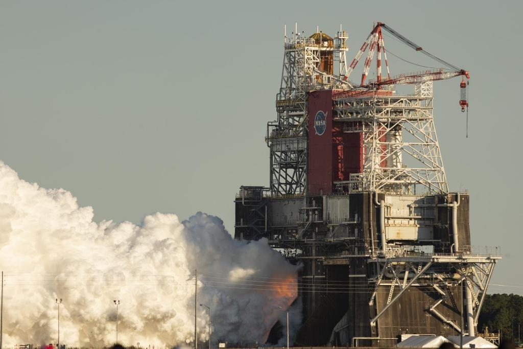 美國國家航空暨太空總署16日進行「阿提米絲」登月計畫的重要測試,原定讓深太空探索火箭發動8分鐘,但最後火箭核心節的4個發動機卻僅點燃1分鐘,測試草草結束。(圖取自twitter.com/NASA)