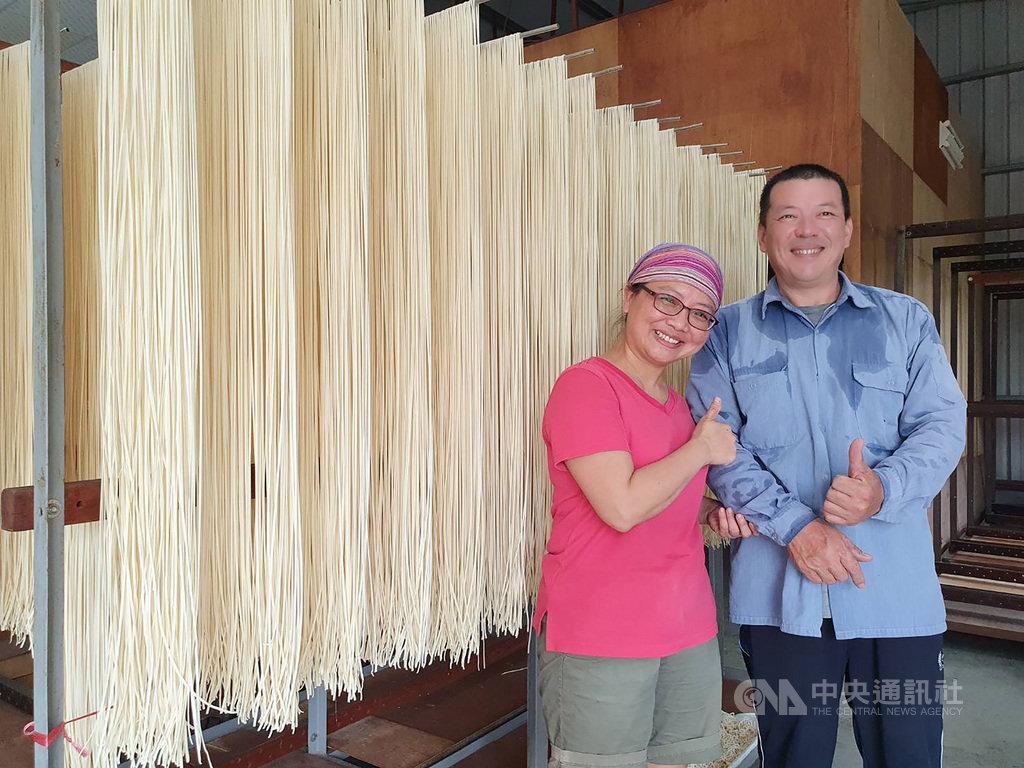 劉銘晏(右)、余玫芬(左)夫妻捨棄都市生活,到屏東潮州鎮鄉下跟阿婆學製麵,兩人用心保留傳統日曬麵線及麵的製作工法,樂在其中。中央社記者郭芷瑄攝 110年1月17日