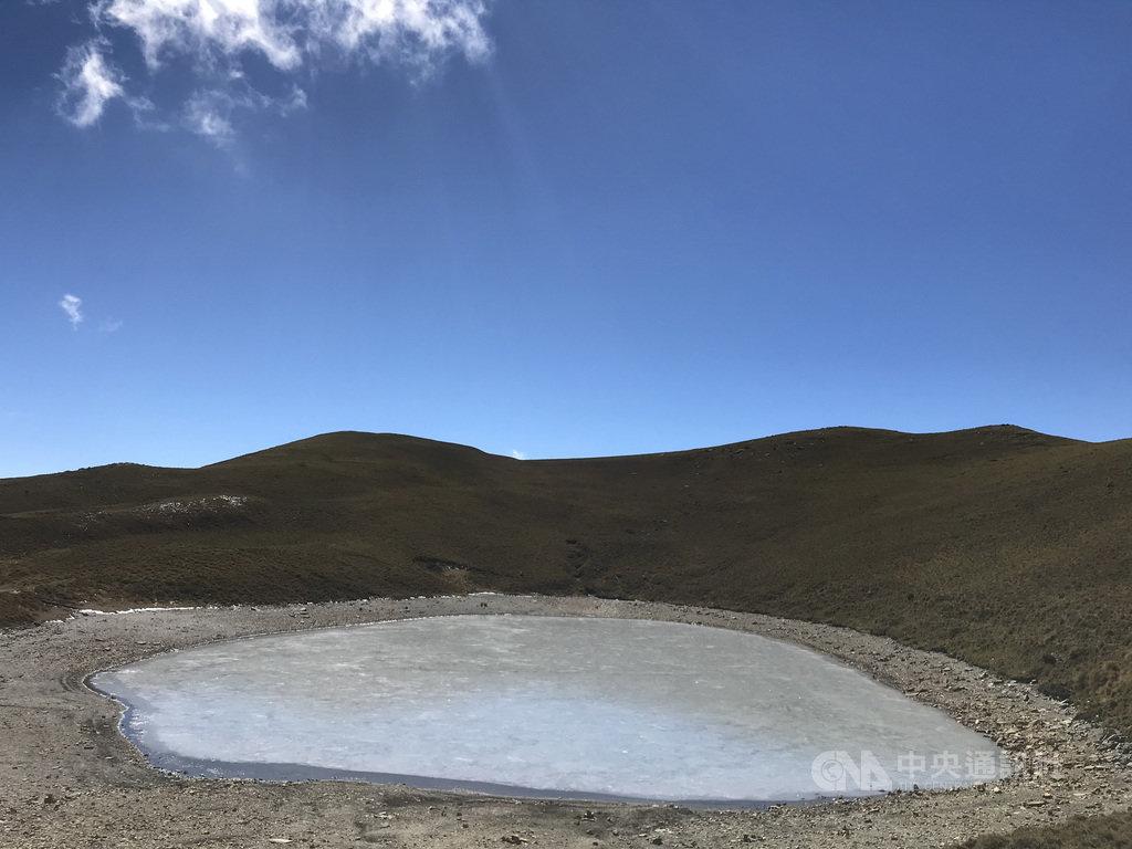 有「天使眼淚」美名的台東嘉明湖,因氣溫低於攝氏零度,有山友拍下冰封嘉明湖的照片上傳臉書,可看見湖面結冰凍成灰色。(嘉明湖熊出沒企業社提供)中央社記者李先鳳傳真 110年1月17日