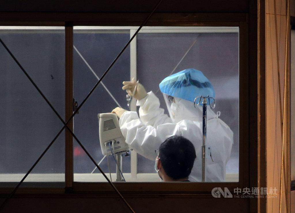 北部某醫院日前發生院內武漢肺炎群聚案,已累計2名醫師、1名護理師因公染疫。中央流行疫情指揮中心17日表示,該起群聚疫情要觀察到1月28日,目前醫院劃分區域、進出管制,疫情控制中,不考慮封院。中央社記者郭日曉攝 110年1月17日