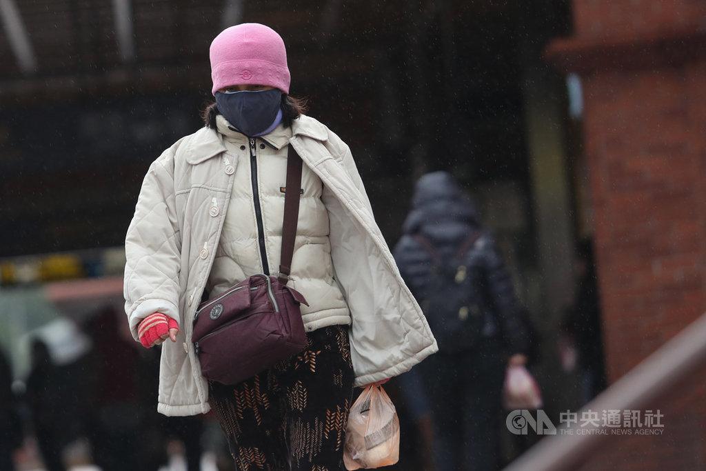 中央氣象局17日表示,受強烈大陸冷氣團影響,北部及東北部一整天濕冷,民眾應注意適時添加衣物以免受涼。中央社記者吳家昇攝 110年1月17日