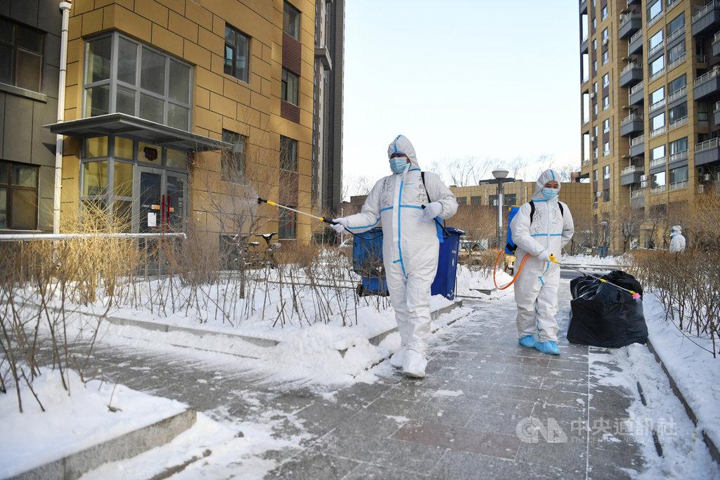 吉林出現1傳102的超級傳播者,中國專家分析,可能是2019冠狀病毒疾病無症狀感染者的症狀不明顯,因此沒有在第一時間將傳播鏈截斷所致。圖為防疫人員正在對吉林省一個封閉管理的社區進行消毒殺菌。(中新社提供)中央社 110年1月17日