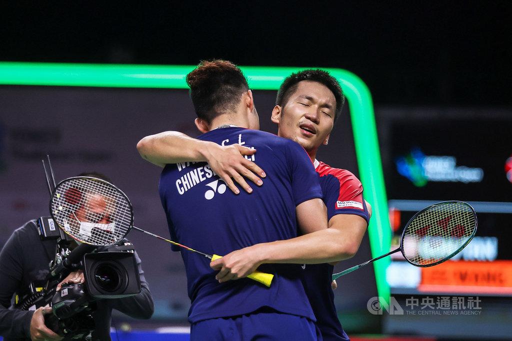 台灣羽球男雙組合王齊麟和李洋17日在泰國羽球公開賽決賽中擊敗馬來西亞對手,奪得冠軍後,兩人激動擁抱。(泰國羽球協會提供)中央社記者呂欣憓曼谷傳真  110年1月17日