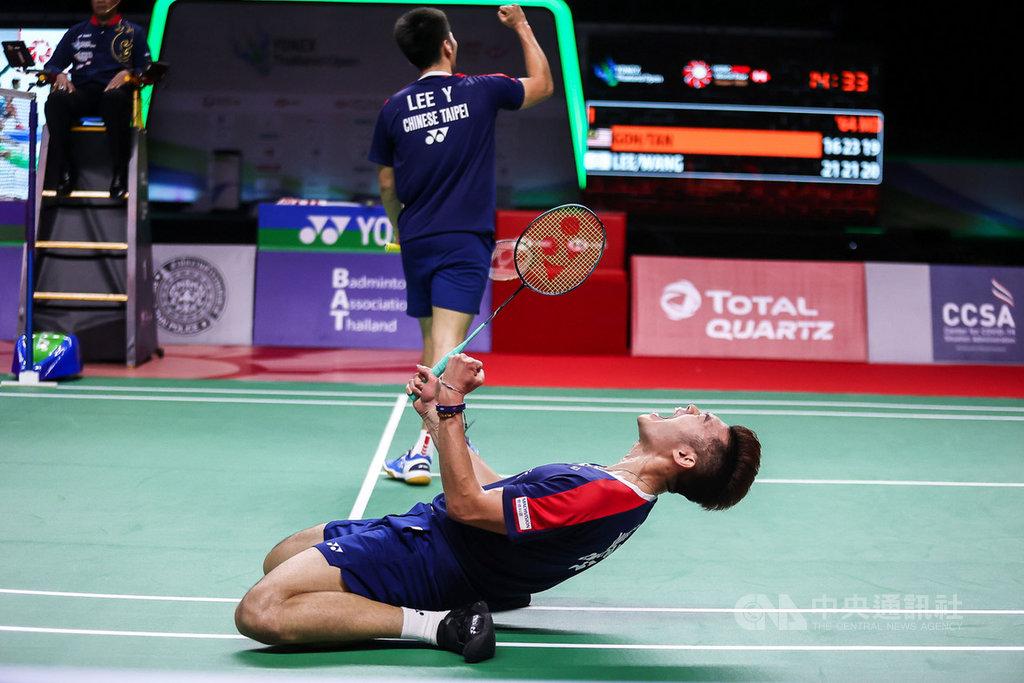 台灣羽球男雙組合王齊麟和李洋17日在泰國羽球公開賽決賽中擊敗馬來西亞對手,奪得冠軍。圖為王齊麟在賽末點時激動跪地。(泰國羽球協會提供)中央社記者呂欣憓曼谷傳真 110年1月17日
