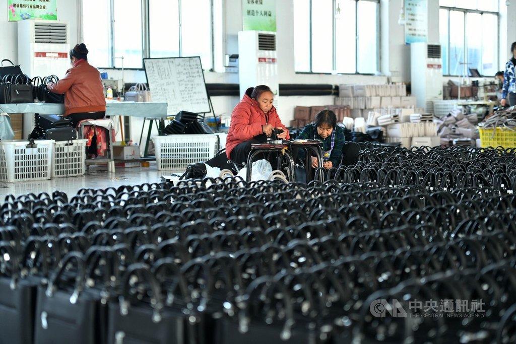 16日出爐的一份調查報告指出,中國去年爆發2019冠狀病毒疾病疫情迄今,對廣大的中高齡基層勞工衝擊較大,超過3成的縣域勞工在疫情爆發後收入減少。圖為河北阜平縣的一間扶貧工廠。(中新社提供)中央社 110年1月17日