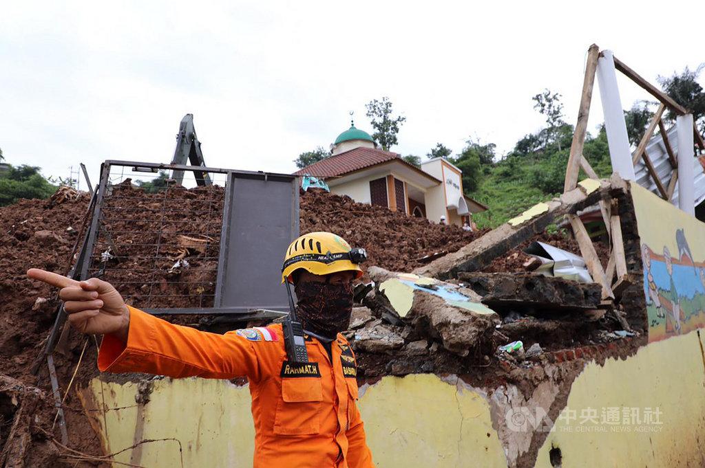 印尼西蘇拉威西省15日發生強震,已造成56死、820人受傷。(印尼國家災害應變總署提供)中央社記者石秀娟雅加達傳真 110年1月17日