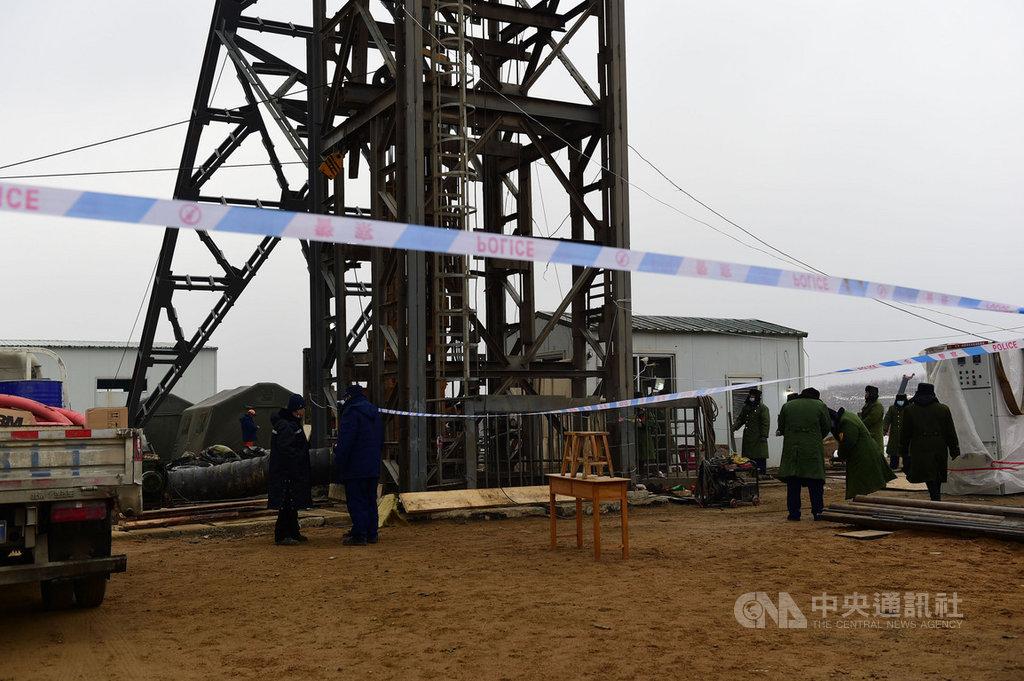 中國山東省一處金礦10日發生爆炸事故,22名礦工被困礦井下已經一週,早已過了黃金救援72小時。但救援人員17日下午鑽通後聽到有井下有敲擊聲,初步認為有生命跡象。圖為事故後的救援現場。(中新社提供)中央社 110年1月17日