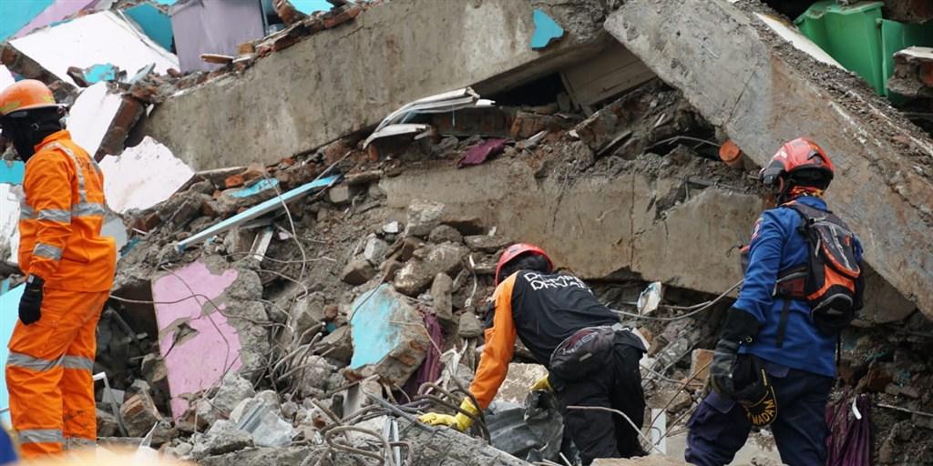 印尼蘇拉威西島15日規模6.2的強震至17日已造成77人死亡,數千人無家可歸。(圖取自facebook.com/InfoBencanaBNPB)