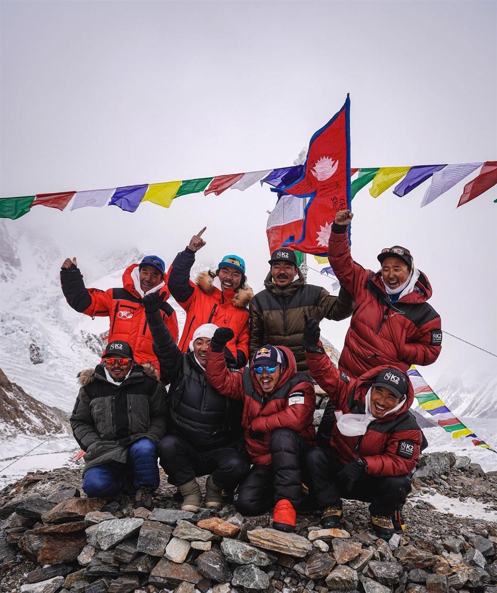 海拔8611公尺、世界第2高的喬戈里峰(K2)原是全球8000公尺以上高山中,唯一一座人類不曾在冬天征服的山峰。這項紀錄在當地時間16日下午5時終於被打破。(圖取自facebook.com/NimsPurja)