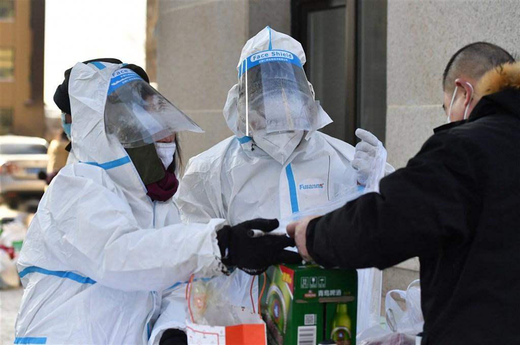 中國一名由黑龍江移往吉林的武漢肺炎超級傳播者至今已直接或間接傳染98人。圖為16日吉林防疫人員替居家隔離民眾運送生活物資。(中新社)