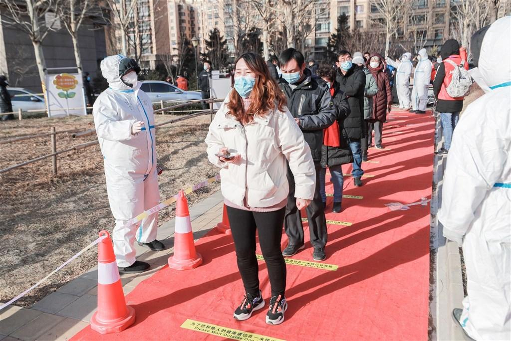 中國武漢肺炎16日共增109例確診,本土占96例。本土疫情蔓延在河北、黑龍江、吉林及北京。圖為3日北京順義區民眾排隊等待採檢。(中新社)