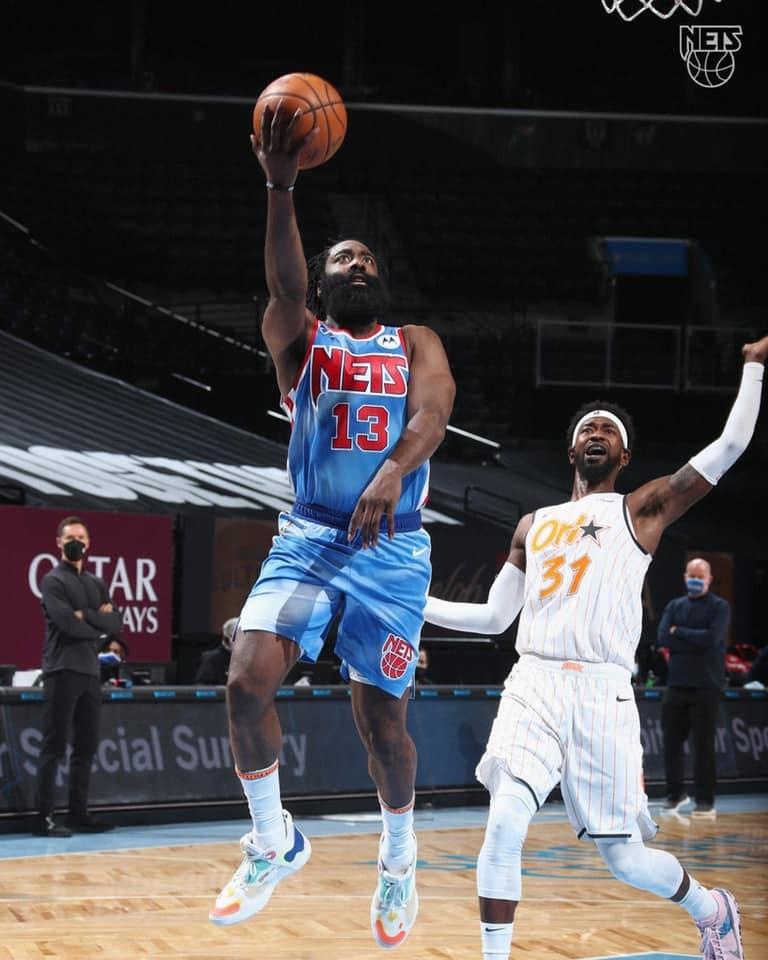 NBA「大鬍子」哈登(中)被交易到布魯克林籃網後,16日首度登場就有32分、12籃板14助攻的大三元表現,助新東家以122比115擊退奧蘭多魔術。(圖取自facebook.com/BrooklynNets)