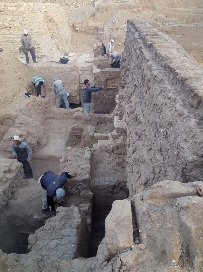 埃及16日宣布在首都開羅以南的撒卡拉墓地發現一批新寶藏,包括一座古代王后陵廟和52具木棺。(圖取自facebook.com/112384738789408)