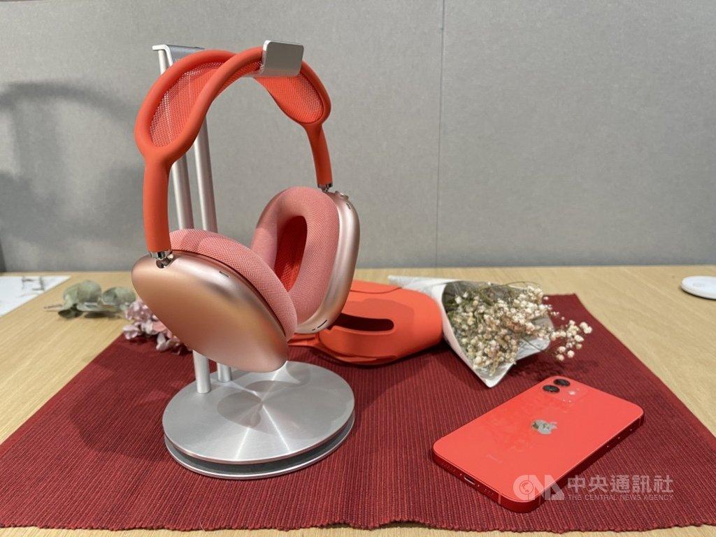 蘋果耳罩式無線耳機AirPods Max已在台灣官網開賣,若18日訂購,須等一個月以上才會到貨,需求相當強勁。中央社記者吳家豪攝 110年1月18日
