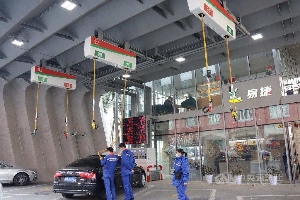 中國石化上海石油「第一加油站」在2020年10月底改造完成,使用懸掛式加油機,地面空間更好利用。這座加油站最早於1948年建成,是中國第一家國營加油站。中央社記者張淑伶上海攝 110年1月18日