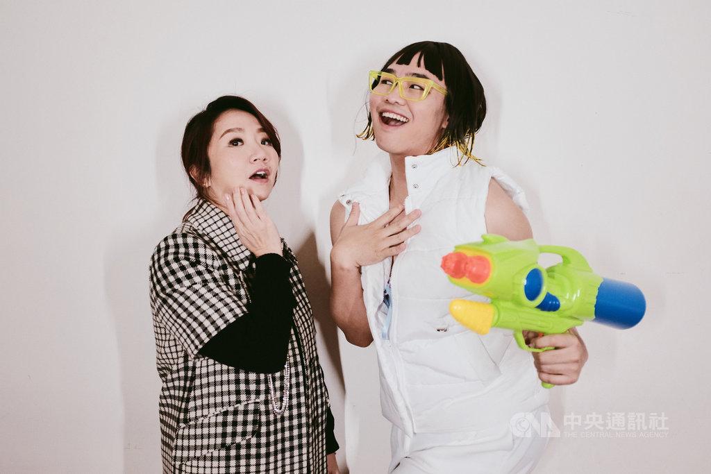為宣傳2月將在台北小巨蛋舉辦的演唱會,藝人陶晶瑩(左)接受影音創作者「那那大師」(右)訪問,暢聊青春回憶。(KKLIVE提供)中央社記者葉冠吟傳真 110年1月18日