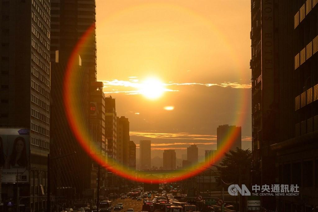根據氣象局的懸日預報,台中市大甲區經國路(台1線152公里以西)路段19日起一連3天會出現懸日。圖為台北懸日街景。(中央社檔案照片)
