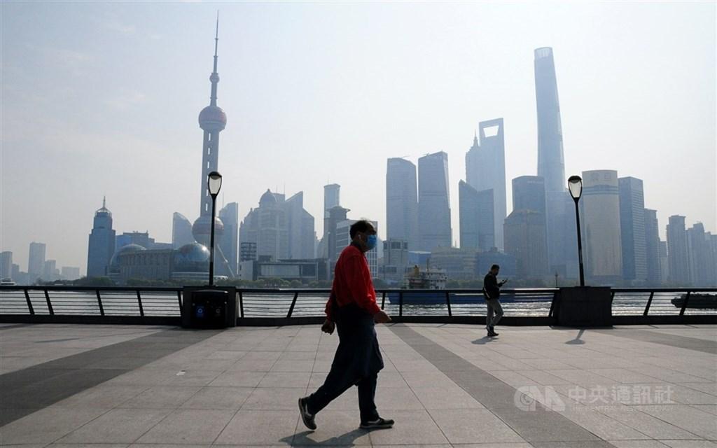 中國國家統計局18日公布,2020年國內生產毛額(GDP)人民幣101兆5986億元,較2019年成長2.3%。圖為去年4月浦東陸家嘴金融貿易區。(中央社檔案照片)