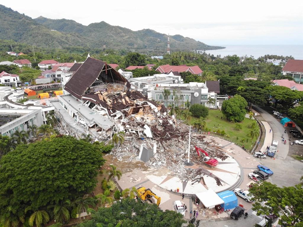 印尼蘇拉威西島15日發生規模6.2強震後已造成84人死亡,數千人無家可歸。(圖取自facebook.com/InfoBencanaBNPB)