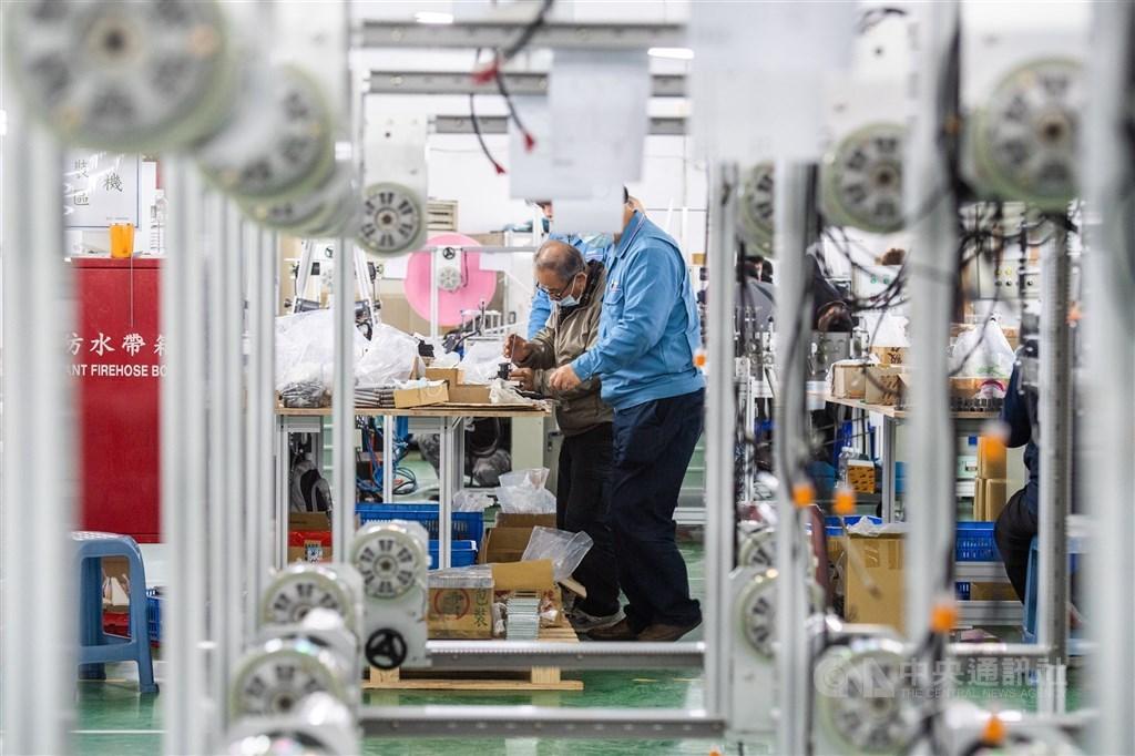 疫情爆發之前的美中貿易戰,已經促使台商開始把生產線撤離中國,2020年的疫情更推動台商回流浪潮。圖為口罩國家隊廠商作業情形。(中央社檔案照片)