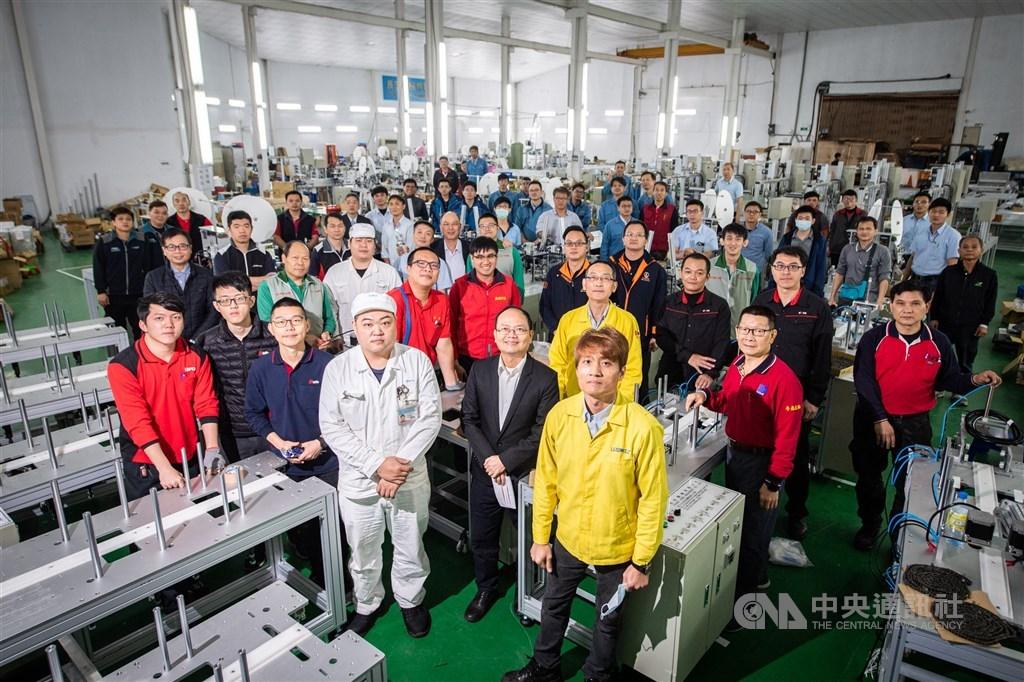 2020年初COVID-19疫情來勢洶洶,全球瘋搶防疫物資,台灣雖小,卻有從傳統產業到高科技的完整供應鏈,口罩、防護衣的原料供應,讓台灣在疫情爆發初期可以快速得到必要的物資。圖為口罩國家隊國內機具廠商。(中央社檔案照片)